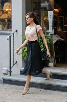 EVA MENDES - love this elegant and feminine look. Outfits Kate, Mode Outfits, Fashion Outfits, Fashion Tips, Eva Mendes, Pippa Middleton, Ladylike Style, Feminine Style, Mode Chic