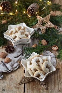 "Vanillekipferl Rezept - Selbst gemachte Vanillekipferl sind die beliebtestes Weihnachtskekse in meiner Familie. // Vanilla Crescent Cookies recipe - Vanilla Crescent Cookies called ""Vanillekipferl"" are traditional Austrian Christmas cookies. // Sweets & Lifestyle®️️ #vanillekipferl #rezept #weihnachtskekse #kekse #weihnachtsgebäck #weihnachtsbäckerei #vanillacrescentcookies #recipe #christmascookies #christmas #cookies #sweetsandlifestyle Autumn Photography, Food Photography, Family Christmas, Xmas, Christmas Inspiration, Christmas Cookies, Family Meals, Cookie Recipes, Burlap Wreath"
