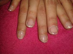 Weer iemand tevreden :-D Er was gevraagd voor subtiel, dus hebben we subtiel gedaan, french pink en witte glittertjes. Zo zijn de nagels verstevigd met net dat iets extra.