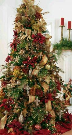 Here are Red and Green Christmas decorations ideas. Red and Green colors are traditional Christmas colors & are perfect Traditional Christmas decor ideas. Elegant Christmas Trees, Classic Christmas Decorations, Ribbon On Christmas Tree, Christmas Tree Design, Christmas Tree Themes, Noel Christmas, Green Christmas, Rustic Christmas, Xmas Tree