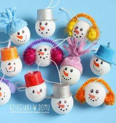 Ezek a kedveshóember karácsonyfadíszekegy egyszerűfehér pingpong labda, kávés kapszulák, kupakok, textil maradékok és pipatisztítók segítségévelpillanatok alatt elkészíthető, akár a kisebb kreatív kezek által is.Kreatív ötletugye? ...