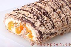Recept på budapestrulle - en rulltårta av nötmaräng fylld med vispad grädde och frukt eller bär. Ett klassiskt bakverk. Bilder steg för steg.