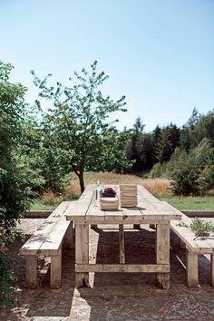 Une salle à manger de plein air d'une extrême simplicité
