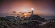 Ocaso en el faro de Nariga en Malpica de Bergantiños y provincia de La Coruña (Galicia-España). Sunset at Nariga lighthouse in Malpica de Bergantiños and province of La Coruña (Galicia-Spain).