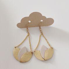 Boucles d'oreilles nénuphar en cuir doré et beige élégantes et féminines tendance bohème chic : Boucles d'oreille par sweethingsandco