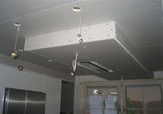 In het verlaagd plafond wordt de afzuigkap gemonteerd samen met de LED verlichting.