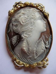 What is it about a cameo that is so captivating. Be it the attention to detail, the elegance of the portraits, there is nothing quite as beautiful as a cameo. Old Jewelry, Antique Jewelry, Jewelry Art, Vintage Jewelry, Jewelery, Cameo Tattoo, Hand Carved, Piercings, Creations