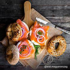 Hát ez most nekünk is jöhetne uzsira! Bagels, Bagel Sandwich, Menu, Wrap Sandwiches, Smoked Salmon, Healthy Drinks, Food Styling, Delish, Food Photography