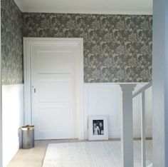 William Morris-tapet med bröstning i hall William Morris Tapet, William Morris Wallpaper, Morris Wallpapers, Hallway Inspiration, Interior Inspiration, Cottage Hallway, House Of Philia, House Entrance, Bathroom Renos