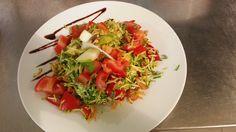 una delle insalate del giorno del Serendipity Bistrot con verdura e frutta