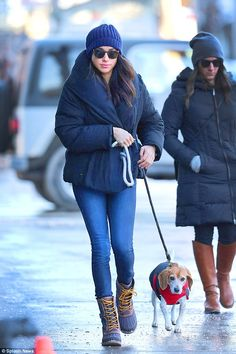 Before her becoming HRH, Duchess of Sussex & marrying Prince Harry May Meghan Markle loved walking her beloved dog who she rescued a few years back. Here she is in Toronto, where she filmed her TV show Suits, doing just that. Estilo Meghan Markle, Meghan Markle Stil, Meghan Markle Toronto, Meghan Markle Coat, Prince Harry, Royal Fashion, Star Fashion, Emo Fashion, Fashion Outfits