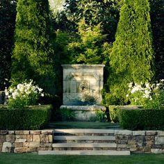 un jardin de rêve...vieilles pierres, cyprès....comme en Toscane