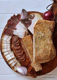 Cum se face slănină afumată în Ardeal și Banat? Rețeta tradițională de slană sau clisă (nu șuncă!) | Savori Urbane Romanian Food, Tasty, Yummy Food, Antipasto, International Recipes, Charcuterie, Diy Food, Cake Recipes, Waffles
