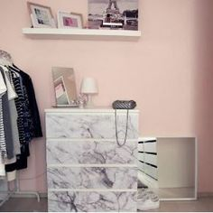 Marmor & Rosé passen einfach perfekt zusammen! Und deine Malm-Kommode von IKEA lässt sich mit einer Klebefolie ganz einfach in ein edles Designer-Stück verwandeln. | creatisto