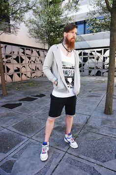 Shorts, Shirt, Sweater- Fertig ist der coole STREETLOOK! JOCHEN trägt: Shorts, REVIEW Shirt, REVIEW Sweatjacke, SELECTED Accessoires, IAM