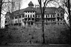 Creepy haunted house / das Geisterhaus, Harald Hoyer from Schwerin, Germany. Abandoned Buildings, Abandoned Asylums, Old Buildings, Abandoned Places, Abandoned Castles, Haunted Houses In America, Real Haunted Houses, Creepy Houses, Haunted Mansion