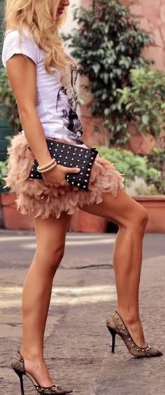 cute pink feather skirt for spring street style. Def a Carrie Bradshaw look! Looks Chic, Looks Style, Style Me, Spring Street Style, Spring Summer Fashion, Moda Fashion, Womens Fashion, Fashion Trends, Net Fashion