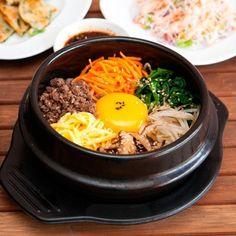 Trong văn hoá ẩm thực Hàn Quốc, đồ ăn của họ mang đậm nét văn hoá cổ truyền từ xưa tới nay, với những món ăn như Kimchi, Bibimbap, những nồi lẩu nấm nghi ngút khói và đặc biệt là món sườn nướng Hàn Quốc thì dường như những món ăn này đã trở thành nét truyền thống trong văn hoá ẩm thực Hàn Quốc. Với 12 món ăn tiêu biểu dưới đây, ta có thể thấy được một số nét tiêu biểu trong văn hoá ẩm thực của Hàn Quốc.