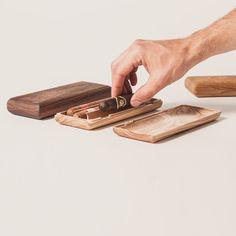 Das Holz Etui für Zigarren gibt es in 2 Größen - 2er und 3er. Ein Zedernholzbrettchen sichert nicht nur die Zigarren sonder sorgt auch dafür, dass der Geschmack der Zigarren erhalten bleibt. Es eignet sich auch zum Anzünden.     The wooden cigar etui comes in two sizes, double and triple. Carefully handcrafted in Austria by Tischlerei Ulrich for HOLT beyond tradition. Cigars, Carpentry, Home Decor Accessories, Products, Wood