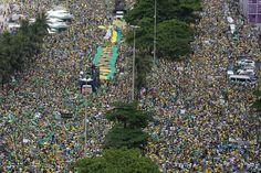 Manifestantes protestam contra governo de Dilma Rousseff em Copacabana, no Rio de Janeiro