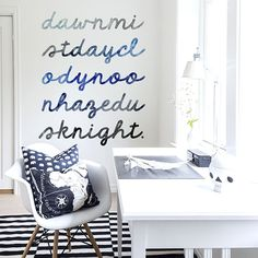 """Décor panoramique """"From Dawn to Night"""" gris bleu et noir sur fond blanc de Rebel Walls."""