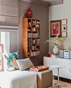 A combinação dos pufes soltos com a mesinha redonda compensa a falta da mesa de centro na sala.