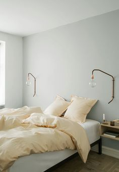 Gør dit soveværelse lækkert og sov endnu bedre A minimalistic inspired bedroom with copper lamps to give the room details. Sometimes it is the small edges and differences that assemble the room. Master Bedroom Bathroom, Small Room Bedroom, Bedroom Lamps, Bedroom Colors, Bedroom Furniture, Bedroom Simple, Wall Lamps, Bedroom Lighting, Bedroom Decor