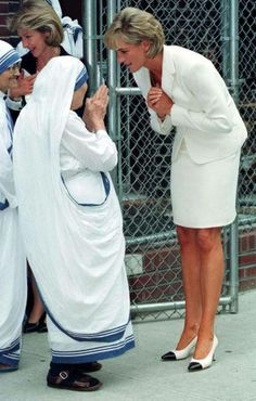 I want to be a Lady like Diana, and serve others like M. Theresa-- Mother Theresa and Lady Diana Lady Diana, Good Woman, Princesa Diana, Photos Rares, Beautiful People, Beautiful Women, Amazing People, Pretty People, Beautiful Pictures