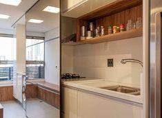 A cozinha e a área de serviço dividem o mesmo espaço. A bancada de nanoglass é da Fenomenalle Pedras  (Foto: Julia Ribeiro/Divulgação) -  ... pra esconder a bagunça é uma boa