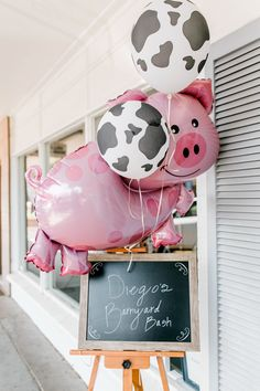 Farm Themed First Birthday Party Inspiration Call me Lore´s Farm Themed Birthday Party Rodeo Birthday, First Birthday Party Themes, Farm Animal Birthday, Farm Birthday, Farm Animal Party, Birthday Ideas, Themed Birthday Parties, Petting Zoo Birthday Party, Barnyard Party