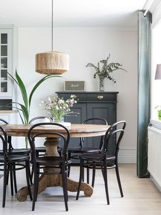 graceful farmhouse dining room design ideas that looks cool 6 ~ my. Dining Room Design, Interior Design Living Room, Interior Livingroom, Interior Colors, Interior Modern, Kitchen Interior, Round Dining Table, Dining Area, Kitchen Dining