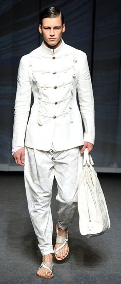Part of me is in love with this look. Etro Man Spring Summer 13 Runway Show.men's white military style jacket harem pants sandals and bag Military Style Jackets, Military Men, Military Fashion, Military Jacket, Men Fashion Show, Mens Fashion Week, Men's Fashion, Inspiration Mode, Leather Men