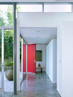 portas coloridas vermelhas sala