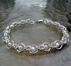 Chain Maille/Pearls Bracelet - no directions. Wire Wrapped Jewelry, Metal Jewelry, Beaded Jewelry, Beaded Bracelets, Pearl Necklaces, Ankle Bracelets, Jump Ring Jewelry, Jewelry Bracelets, Chainmaille Bracelet