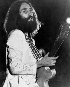 John Lennon playing live in Toronto with the Plastic Ono Band, 1969 John Lennon 1969, John Lennon Yoko Ono, John Lennon Paul Mccartney, Imagine John Lennon, John Lennon Beatles, Jhon Lennon, Great Bands, Cool Bands, Les Beatles