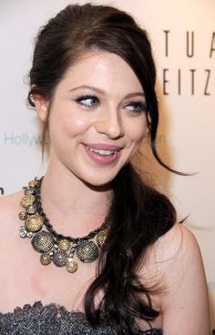 Michelle Trachtenberg Loose Ponytail - hair did - Brt Go Long Ponytail Hairstyles, Loose Ponytail, 2015 Hairstyles, Summer Hairstyles, Cool Hairstyles, Ponytail Ideas, Nicole Richie, Michelle Trachtenberg Hair, Hair Styles 2014
