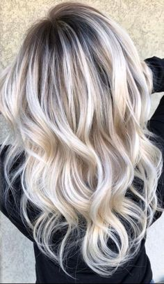 )🌟 👉🏻Going from 4 inch dark roots with platinum b… 🌟(Formulas!)🌟 👉🏻Going from 4 inch dark roots with platinum blondish ends, to a rooted balayage! Platinum Blonde Balayage, Icy Blonde, Platinum Blonde Hair, Hair Color Balayage, Dark Roots Blonde Hair Balayage, Blonde Highlights On Dark Hair All Over, Blonde Balyage, Brassy Blonde, Baylage