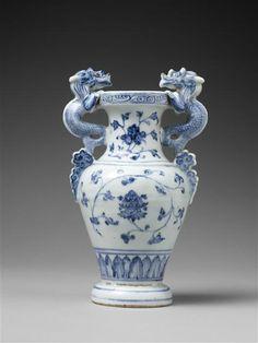 Vase à anses à décor floral, Milieu du 15e siècle, dynastie Ming (1368-1644), porcelaine bleu blanc, fours de Jingdezhen. Hauteur : 0.22 m. Largeur : 0.136 m. Profondeur : 0.104 m. Diamètre : 0.075 m. Collection Ernest Grandidier. Paris, musée Guimet - musée national des Arts asiatiques, G4768. Photo © RMN-Grand Palais (musée Guimet, Paris) / Thierry Ollivier
