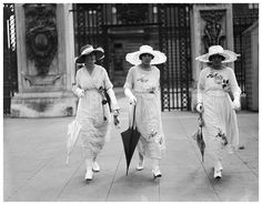 Arriving at Buckingham Palace in London for a garden party, 1919 Belle Epoque, Edwardian Fashion, Vintage Fashion, Edwardian Era, Vintage Style, 1914 Fashion, Retro Fashion, Indiana, Roaring Twenties