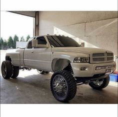 I Hate The Rear Dually That Appears OutSide The Wheel Arc Dually Trucks, Lifted Chevy Trucks, Classic Chevy Trucks, Classic Cars, Pickup Trucks, Dodge Dually, Lifted Dodge, Truck Flatbeds, Lifted Cummins