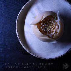#一日一菓 #菓道 「 #葉隠菊 」 #wagashi of the Day #Chrysanthemum in leaf #煉切 製 #針切り 本日は葉隠菊です。 昨日ご紹介した「葉菊」の進化系です。 だいぶ気に入ったので、三枚投稿させて頂きます。 私はおじいちゃん子でした。 おじいちゃんは毎朝私が「行ってきます」というと、「負けんな!」と返してきました。 私はその時は言葉の意味がよくわかっていませんでしたが、 大人になって少しわかってきたような気がします。 おじいちゃんはたった一度も私に対して、 「勝て」 とは言わなかった。 この意味わかりますか? 私は誰かに「勝ちたい」訳では無い。 #JunichiMitsubori #和菓子 #一菓流 #ART #アート #dope