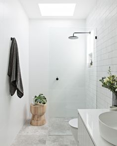 Bathroom tips, bathroom renovation, master bathroom decor and master bathroom organization! From claw-foot tubs to shiny fixtures, they are the master bathroom that inspire me probably the most. Bathroom Interior, Bathroom Decor, Bathroom Makeover, Bathroom Design Small, Luxury Bathroom, Laundry In Bathroom, Bathroom Interior Design, Bathroom Renovations, Bathroom Design