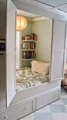 30 inspirations déco pour la chambre : ♡ On aime : La bibliothèque dans la chambre alcove : idéal pour bouquiner tranquilement + Les teintes pastelles de la niche ✐ On retient :  L'espace nuit dans un placard