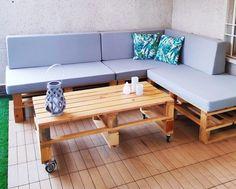 Un sofá de palets con respaldo ideal para jardines o terrazas. Su acabado natural y la versatilidad de sus modulos permite que hagas combinaciones a tu gusto.  Combínalo con una mesa de centro a juego y ya tendrás tu terraza chillout Outdoor Sofa, Outdoor Furniture, Outdoor Decor, Types Of Sofas, L Shaped Sofa, Settee, Surface Design, Living Room Furniture, Couch