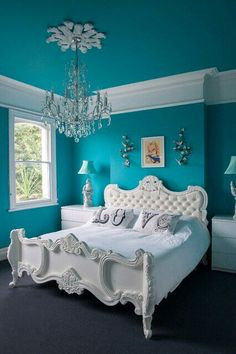 Amazing colors and beautiful bed
