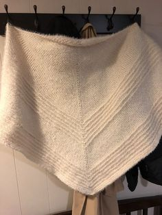 Get the Cozy Cabin Triangular Shawl knitting pattern here, from Knitting in the park. This is a beginner friendly shawl perfect for a gift. Free Knit Shawl Patterns, Prayer Shawl Patterns, Knit Wrap Pattern, Knit Cardigan Pattern, Free Pattern, Scarf Patterns, Loom Knitting, Knitting Stitches, Free Knitting