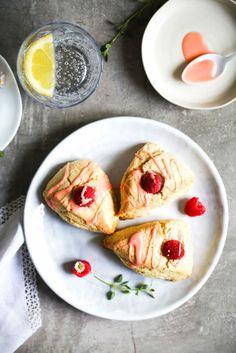 Rezept für Beeren Buttermilch Scones mit Aperol Zuckerguss Zuckerzimtundliebe Foodblog einfaches bestes Scones Rezept Buttermilch Brötchen mit Himbeere