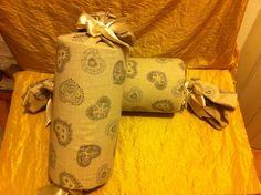 Coppia di cuscini a rullo con spugna tonda . mis: 32 cm più fiocco diametro 15 cm