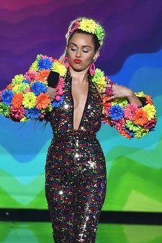 Pin for Later: Entdeckt all' die super verrückten, freizügigen Outfits von Miley Cyrus bei den MTV VMAs