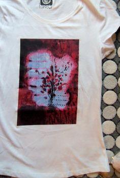 """Camiseta con cuadro impreso. """"Brote I"""" , acrílico y collage sobre tabla."""